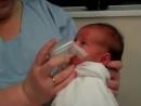 Как поить из стаканчика новорожденного