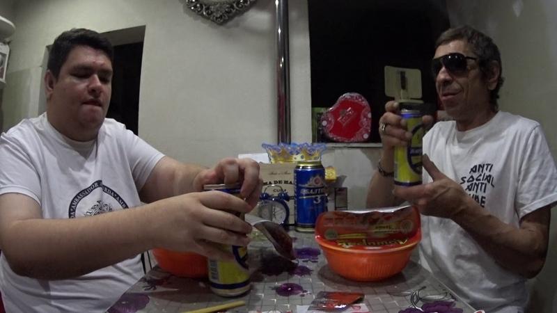 Обедаем с Батей лапшой Доширак по японски, едим лапшу палочками.