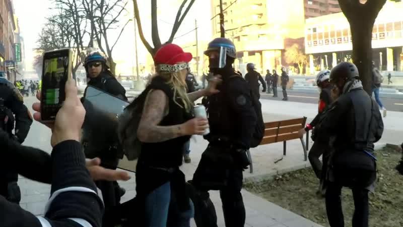 Voila la scène complète de la fouille de mon sac les diverses violences qui ont suivie également sur.mp4