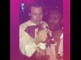 Harry feeding a grilled cheese sandwich to a guy at the Gucci vs. Guccy METGala After Party - May 7.mp4