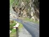 Обвал камней на дороге. Уттаркаши, Индия
