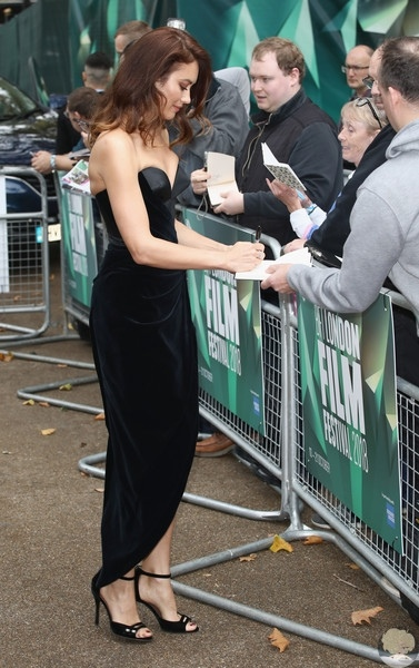 Ольга Куриленко в соблазнительном платье без бретелей на красной дорожке кинофестиваля в Лондоне