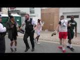 Танцующий английский полицейский в карнавале Ноттинг-Хилл