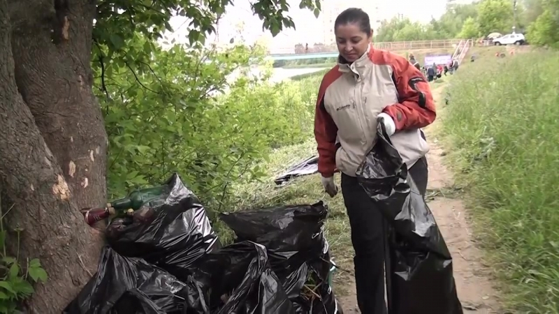 Добровольцы и спасатели очистили от мусора реку Серебрянку 10.06.2018