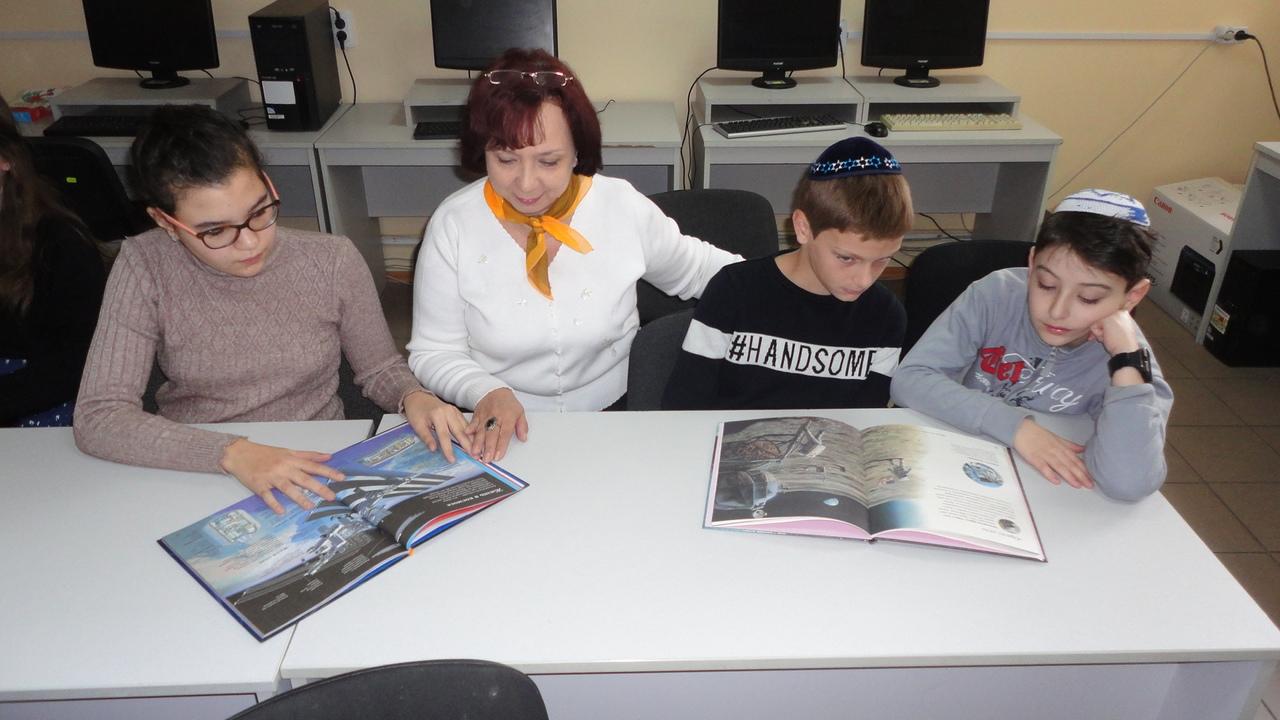 юрий гагарин, день космонавтики, донецкая республиканская библиотека для детей, отдел обслуживания учащихся 5-9 классов