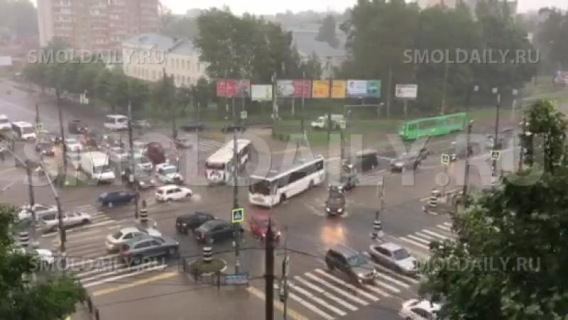 Неработающие светофоры во время ливня чуть не спровоцировали ДТП с пешеходами Смоленск