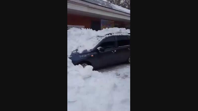 Йошкар-Ола, ул. Гончарова. Снег упал с крыши склада на автомобили / 16.02.2019