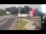 В Новокузнецке фура, груженная водкой, протаранила стелу на полном ходу.