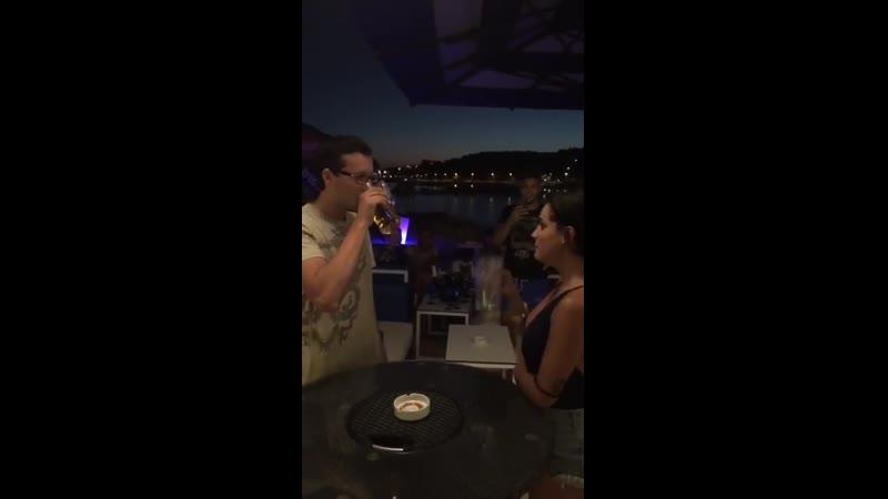 Девушка залпом выпивает кружку пива mp4