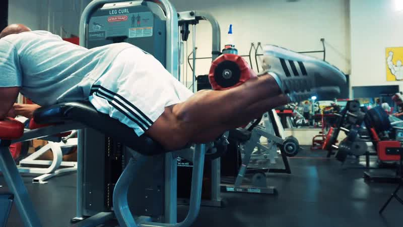Lying Leg Curls with Hold Level 2