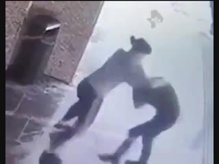 Девушка жестко избила мужчину