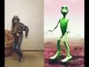 Кто круче танцует Зеленый человечек или девочка