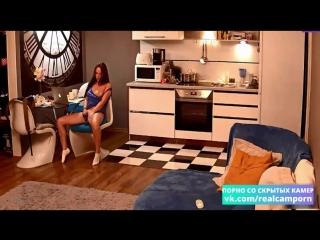 Скрытая камера | красивая девушка смотрит порно и мастурбирует одна дома