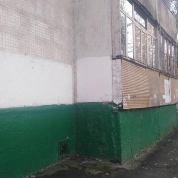 Фасад дома на Зеленоградской очистили от вандальных надписей