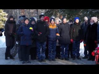 По доброй традиции активисты, кадеты и представители администрации возложили цветы к памятным местам