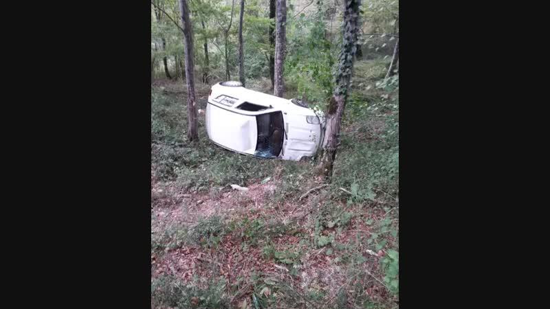 В Сочи машина вылетела в кювет на горной дороге