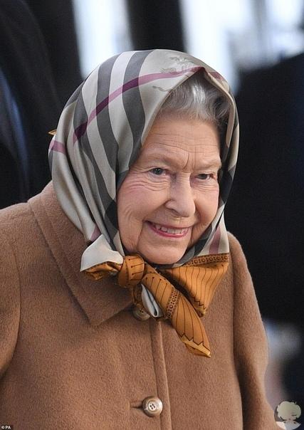Идеальная формула: королева Елизавета II в пальто цвета кэмел и платке Burberry прибыла в Норфолк