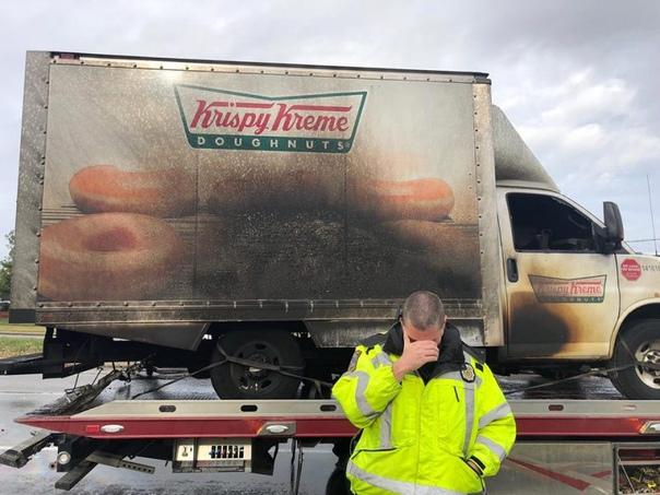 Сгоревший грузовик с пончиками заставил заплакать полицейских Фраза о том, что и на нашей улице перевернется грузовик с пряниками знакома каждому. Заметьте перевернется, а не сгорит вместе с