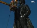 Моют памятник Ленину