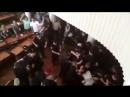 Полиция вяжет титушек в Конотопской горсовете. Люди аплодируют
