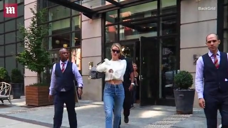 Rosie Huntington-Whiteley bares her toned tummy in chic crop top Daily Mail Online