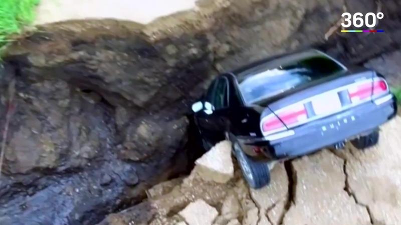 Авто в расщелине