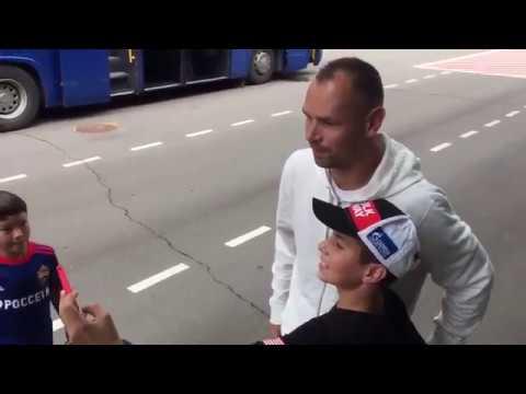 Сергей Игнашевич теперь только раздает всем желающим автографы
