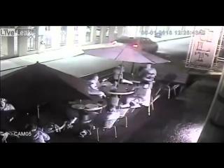 Кинул фейерверк в посетителей кафе