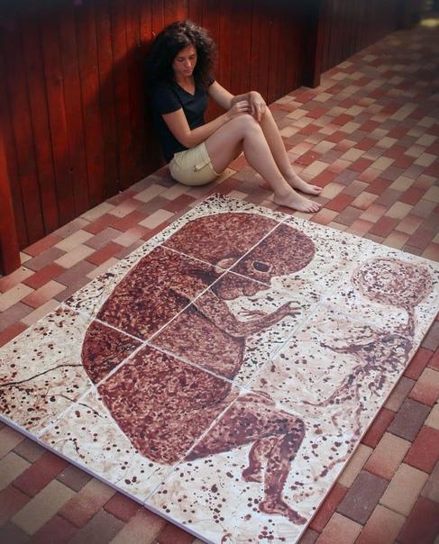 Румынская художница Тими Пал нарисовала на холсте своего будущего ребёнка при помощи пальцев, тампонов и собственной менструальной крови. Полотно создавалось на протяжении 9 месяцев и состоит из 9 отдельных частей, которые собираются в одну. Зачем она это
