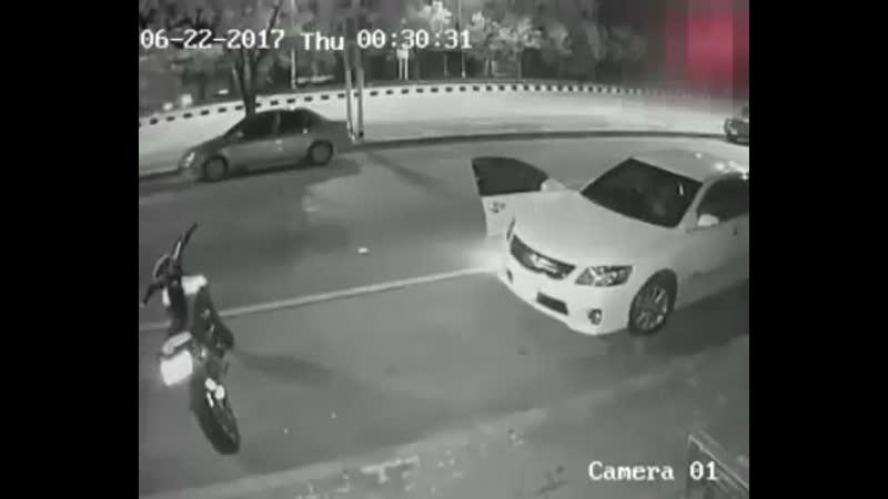 Всегда смотри в зеркала перед тем, как выходить из машины