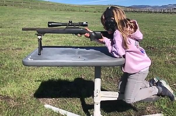 Мужа Пинк осудили за то, что он научил дочь стрелять из винтовки 43-летний Кэри Харт, профессиональный мотогонщик и муж певицы Пинк, оказался в центре скандала из-за видеозаписи на своей