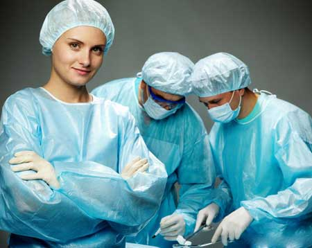 Сотрудники больницы, такие как медсестры и хирурги, часто должны носить скрабы.