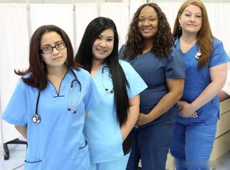 Большинство медсестер должны приобрести собственную медицинскую форму.