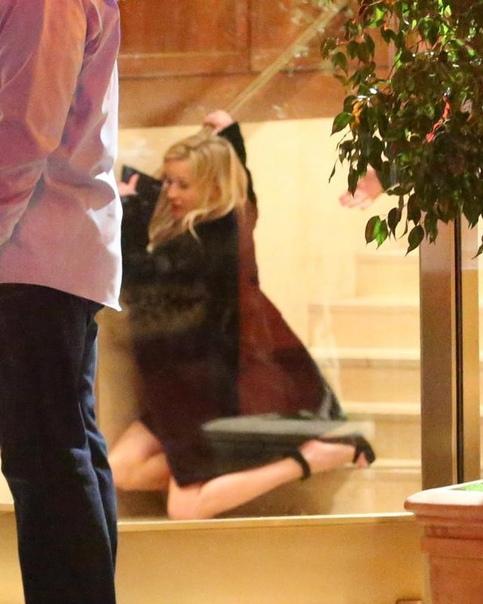 Хорошо отпраздновала: Риз Уизерспун упала с лестницы на вечеринке Дженнифер Энистон