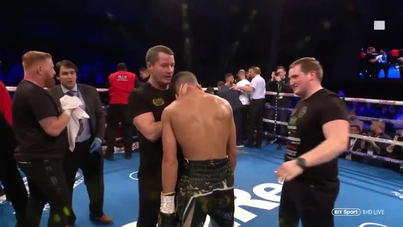 Le boxeur Sabri Sediri chambre son adversaire en dansant comme un gogol. Il se fait allonger par un droite-gauche