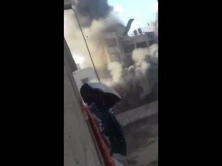 Очевидец заснял момент прилета авиа бомбы по жилому дому в Секторе Газа
