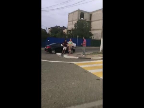 Голая стриптизёрша зажигает на улице в Геленджике
