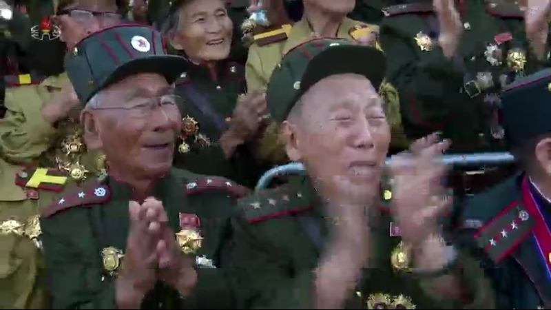 경애하는 최고령도자 김정은동지께서 제5차 전국로병대회 참가자들을 만나시고 그들과 함께 기념사진을 찍으시였다
