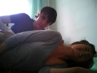 Порно телка стесняется на камеру