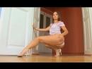 Сексуально двигается секси стриптиз телка попка танцует sexy girl ass