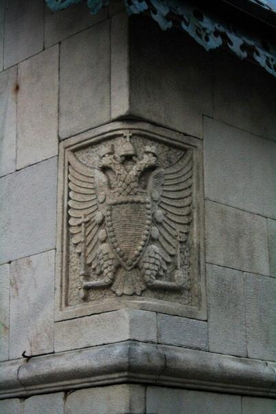 Орёл Государственного банка на торце черного хода.