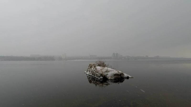 Красивый туман на Хортице и закат на заснеженном пляже с маламутом по кличке Зевс