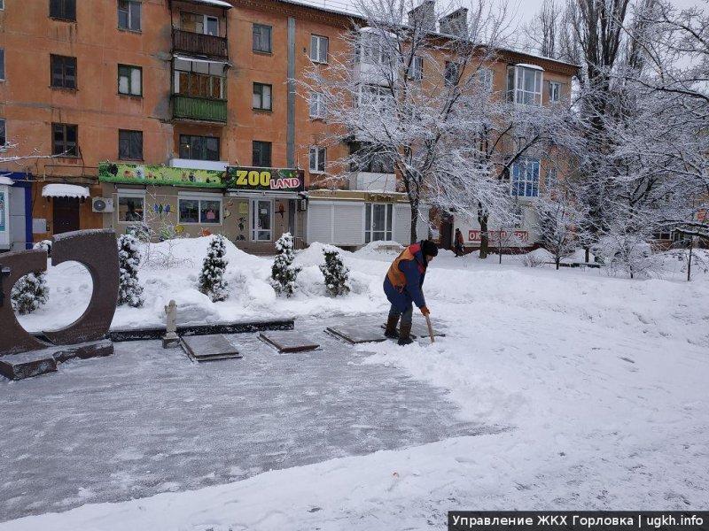 В Горловке ведутся работы по расчистке городских улиц от снега и наледи
