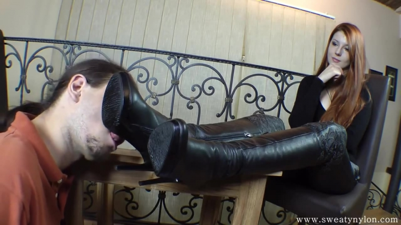 раб чистит госпоже туфли до блеска