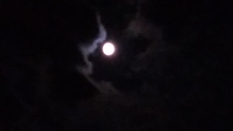 Ничего особенного ,просто плавающая луна) .Но завораживает пздц😍