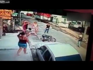 Грабитель получает дубиной по голове