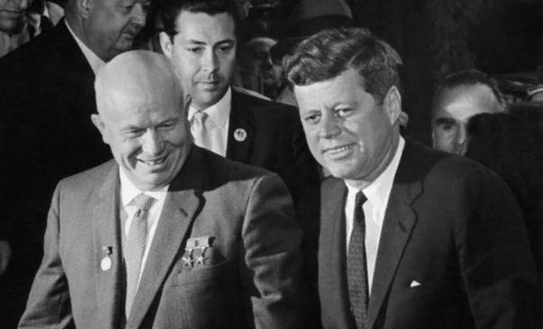 Никита Хрущев Никита Хрущев одна из самых противоречивых фигур в истории СССР. Он был «крестьянским сыном», поднявшимся к вершине власти, что не помешало политику отметиться рядом достижений в