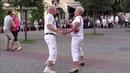 Пара спортсменов в белом выдает мне сольный танец!! Music! Dance!