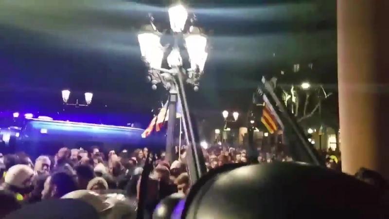 Barcelona - Spanische Polizei feuert mit scharfer Munition über die Köpfe der Demonstranten
