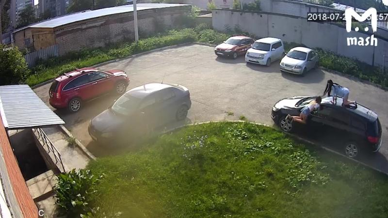 Киров. Две пьяные девушки решили устроить вечеринку на крыше автомобиля. Конечно, чужого.